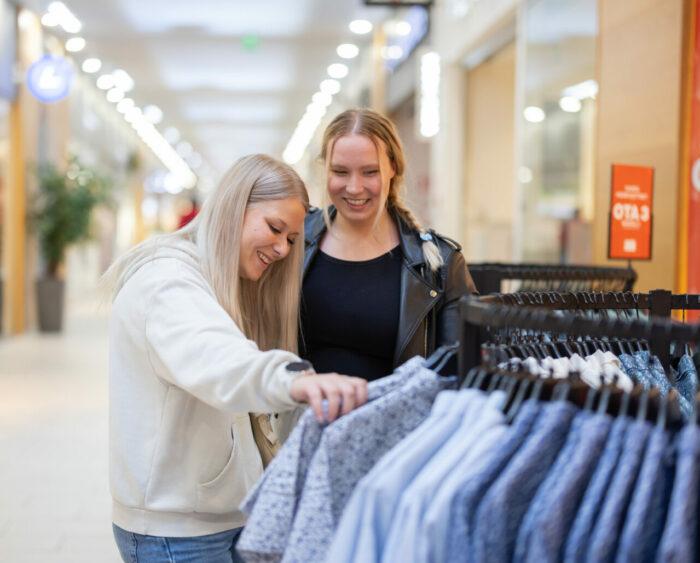Naiset ostoksilla GW Galleriassa